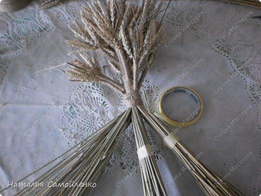 """Соломенный оберег - Дидух, символ хорошего урожая, мира и согласия в семье, достатка в доме. Само слово произошло от двух """"дух дедов"""". То есть дидух символизирует связь поколений. Дидуха начинали плести после сбора урожая и хранили до Рождества. В Святой вечер хозяин дома торжественно заносит его в дом, приговаривая: «Дідух до хати - біда із хати». Дидух состоит из трёх частей. Одна символизирует прошлое, вторая - настоящее, третья - будущее. Это моя вторая работа плетения Дидуха. Когда представила первую работу http://stranamasterov.ru/node/587311 в комментариях попросили МК....с радостью принялась за дело!!!:-) Размер Дидуха 40см, сплела его из маленьких колосков пшеницы, которые остались от первого Дидуха (55см). Колоски могут быть самые разные- ячменя, ржи, пшеницы...могут присутствовать и лекарственные растения. фото 17"""