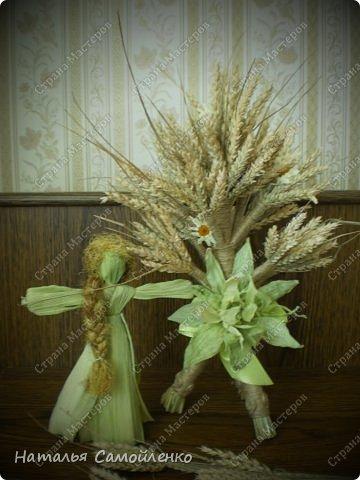"""Соломенный оберег - Дидух, символ хорошего урожая, мира и согласия в семье, достатка в доме. Само слово произошло от двух """"дух дедов"""". То есть дидух символизирует связь поколений. Дидуха начинали плести после сбора урожая и хранили до Рождества. В Святой вечер хозяин дома торжественно заносит его в дом, приговаривая: «Дідух до хати - біда із хати». Дидух состоит из трёх частей. Одна символизирует прошлое, вторая - настоящее, третья - будущее. Это моя вторая работа плетения Дидуха. Когда представила первую работу http://stranamasterov.ru/node/587311 в комментариях попросили МК....с радостью принялась за дело!!!:-) Размер Дидуха 40см, сплела его из маленьких колосков пшеницы, которые остались от первого Дидуха (55см). Колоски могут быть самые разные- ячменя, ржи, пшеницы...могут присутствовать и лекарственные растения. фото 26"""