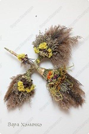 Летом,когда вокруг изобилие трав и душистых цветов, хочется сохранить их на более холодное и монохромное время года. Можно сделать не только букет из высушенных трав, а собрать такую птицу.