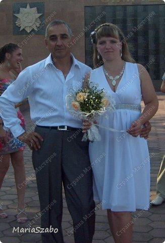 А вот и мои руки добрались до свадебного платья. Свадьба монохрома. Подруга выбрала легкий фасон в греческом стиле. Лиф выбрали с запахом, на подоле сделали много-много мягких складок. Декором была вышитая лента под грудью.  фото 2