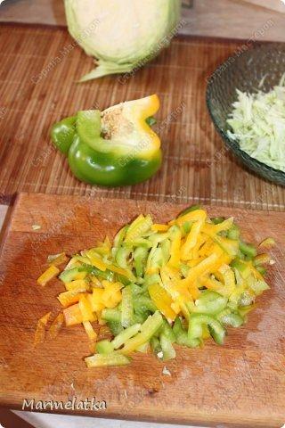 Салат делается очень быстро, получается вкусно и сочно!!!  Нам понадобится: куриная грудка(2шт).вареная Сыр 300гр Капуста белокочанная( 1 маленький кочан) Перец сладкий 1шт майонез фото 3