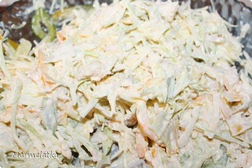 Салат делается очень быстро, получается вкусно и сочно!!!  Нам понадобится: куриная грудка(2шт).вареная Сыр 300гр Капуста белокочанная( 1 маленький кочан) Перец сладкий 1шт майонез фото 7