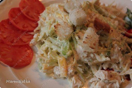 Салат делается очень быстро, получается вкусно и сочно!!!  Нам понадобится: куриная грудка(2шт).вареная Сыр 300гр Капуста белокочанная( 1 маленький кочан) Перец сладкий 1шт майонез