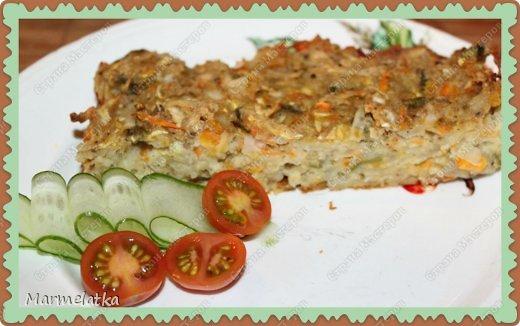 Кугель может быть приготовлен из различных продуктов. Иногда это гарнир, иногда — десерт. В этом блюде поражает не толко простота, но и изысканность.Это блюдо еврейской кухни.  Понадобится: 2 картофелины 2 морковки 2 маленький кабачок 1 луковица 2 яйца 3 ст.л. молотых сухарей соль и черный перец по вкусу