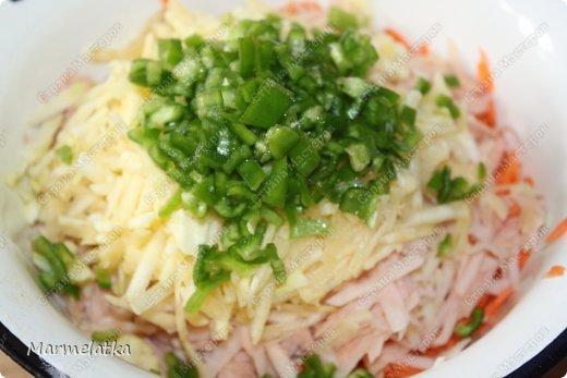 Кугель может быть приготовлен из различных продуктов. Иногда это гарнир, иногда — десерт. В этом блюде поражает не толко простота, но и изысканность.Это блюдо еврейской кухни.  Понадобится: 2 картофелины 2 морковки 2 маленький кабачок 1 луковица 2 яйца 3 ст.л. молотых сухарей соль и черный перец по вкусу фото 7