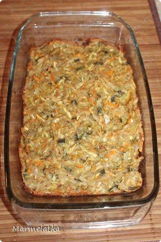 Кугель может быть приготовлен из различных продуктов. Иногда это гарнир, иногда — десерт. В этом блюде поражает не толко простота, но и изысканность.Это блюдо еврейской кухни.  Понадобится: 2 картофелины 2 морковки 2 маленький кабачок 1 луковица 2 яйца 3 ст.л. молотых сухарей соль и черный перец по вкусу фото 13