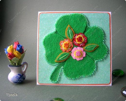"""Доброго времени суток! Люблю фетр за мягкость, теплоту, разнообразие цветов, податливость, универсальность. Из него можно не только игрушки шить, но использовать для открыток! Эту открытку-малютку делала по обмену на курсах СМ """"Уникальные открытки"""" для Анюты (Аняня). Основа - акварельная бумага, подложка - скрапбумага +пастель, лист клевера - фетр, обшит бисером. Размер 10х10 см. фото 1"""