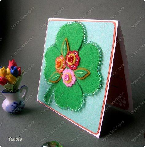 """Доброго времени суток! Люблю фетр за мягкость, теплоту, разнообразие цветов, податливость, универсальность. Из него можно не только игрушки шить, но использовать для открыток! Эту открытку-малютку делала по обмену на курсах СМ """"Уникальные открытки"""" для Анюты (Аняня). Основа - акварельная бумага, подложка - скрапбумага +пастель, лист клевера - фетр, обшит бисером. Размер 10х10 см. фото 2"""
