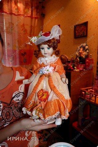 Вот небольшая (пока) коллекция Настюшки.  В основном ее интересуют куколки до 30см. Но как видите сами, есть у нее и куклы побольше и одна очень большая (около 70см). Фея знала своё дело, и, летая в небесах, днем и ночью то и дело совершала чудеса. Фея кукол создавала, мастерила, колдовала, всё , чего она касалась, оживало, просыпалось. и в её руках послушно обретали куклы души. Ведь у кукол судьбы тоже с человеческими схожи. А потом свои трофеи раздавала людям фея, потому что это средство, чтобы вечно помнить детство. (автор Лариса Рубальская) фото 3