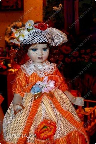 Вот небольшая (пока) коллекция Настюшки.  В основном ее интересуют куколки до 30см. Но как видите сами, есть у нее и куклы побольше и одна очень большая (около 70см). Фея знала своё дело, и, летая в небесах, днем и ночью то и дело совершала чудеса. Фея кукол создавала, мастерила, колдовала, всё , чего она касалась, оживало, просыпалось. и в её руках послушно обретали куклы души. Ведь у кукол судьбы тоже с человеческими схожи. А потом свои трофеи раздавала людям фея, потому что это средство, чтобы вечно помнить детство. (автор Лариса Рубальская) фото 4