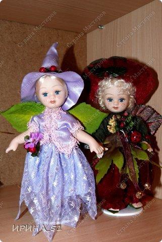 Вот небольшая (пока) коллекция Настюшки.  В основном ее интересуют куколки до 30см. Но как видите сами, есть у нее и куклы побольше и одна очень большая (около 70см). Фея знала своё дело, и, летая в небесах, днем и ночью то и дело совершала чудеса. Фея кукол создавала, мастерила, колдовала, всё , чего она касалась, оживало, просыпалось. и в её руках послушно обретали куклы души. Ведь у кукол судьбы тоже с человеческими схожи. А потом свои трофеи раздавала людям фея, потому что это средство, чтобы вечно помнить детство. (автор Лариса Рубальская) фото 2