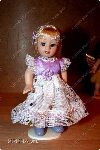 Вот небольшая (пока) коллекция Настюшки.  В основном ее интересуют куколки до 30см. Но как видите сами, есть у нее и куклы побольше и одна очень большая (около 70см). Фея знала своё дело, и, летая в небесах, днем и ночью то и дело совершала чудеса. Фея кукол создавала, мастерила, колдовала, всё , чего она касалась, оживало, просыпалось. и в её руках послушно обретали куклы души. Ведь у кукол судьбы тоже с человеческими схожи. А потом свои трофеи раздавала людям фея, потому что это средство, чтобы вечно помнить детство. (автор Лариса Рубальская) фото 5
