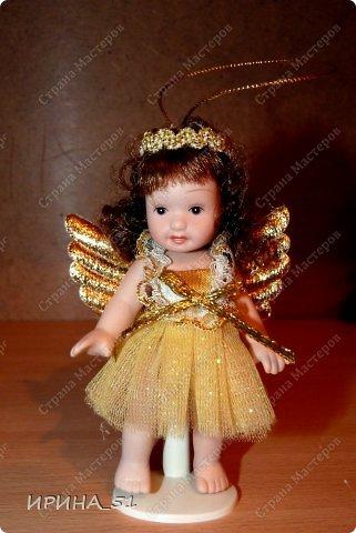 Вот небольшая (пока) коллекция Настюшки.  В основном ее интересуют куколки до 30см. Но как видите сами, есть у нее и куклы побольше и одна очень большая (около 70см). Фея знала своё дело, и, летая в небесах, днем и ночью то и дело совершала чудеса. Фея кукол создавала, мастерила, колдовала, всё , чего она касалась, оживало, просыпалось. и в её руках послушно обретали куклы души. Ведь у кукол судьбы тоже с человеческими схожи. А потом свои трофеи раздавала людям фея, потому что это средство, чтобы вечно помнить детство. (автор Лариса Рубальская) фото 6