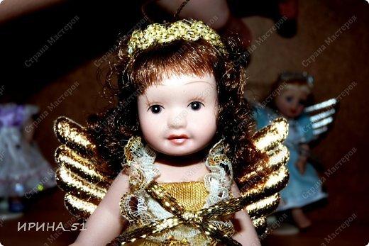 Вот небольшая (пока) коллекция Настюшки.  В основном ее интересуют куколки до 30см. Но как видите сами, есть у нее и куклы побольше и одна очень большая (около 70см). Фея знала своё дело, и, летая в небесах, днем и ночью то и дело совершала чудеса. Фея кукол создавала, мастерила, колдовала, всё , чего она касалась, оживало, просыпалось. и в её руках послушно обретали куклы души. Ведь у кукол судьбы тоже с человеческими схожи. А потом свои трофеи раздавала людям фея, потому что это средство, чтобы вечно помнить детство. (автор Лариса Рубальская) фото 7