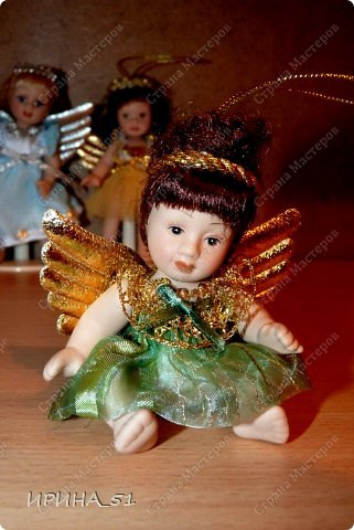 Вот небольшая (пока) коллекция Настюшки.  В основном ее интересуют куколки до 30см. Но как видите сами, есть у нее и куклы побольше и одна очень большая (около 70см). Фея знала своё дело, и, летая в небесах, днем и ночью то и дело совершала чудеса. Фея кукол создавала, мастерила, колдовала, всё , чего она касалась, оживало, просыпалось. и в её руках послушно обретали куклы души. Ведь у кукол судьбы тоже с человеческими схожи. А потом свои трофеи раздавала людям фея, потому что это средство, чтобы вечно помнить детство. (автор Лариса Рубальская) фото 8