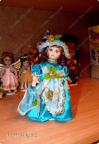 Вот небольшая (пока) коллекция Настюшки.  В основном ее интересуют куколки до 30см. Но как видите сами, есть у нее и куклы побольше и одна очень большая (около 70см). Фея знала своё дело, и, летая в небесах, днем и ночью то и дело совершала чудеса. Фея кукол создавала, мастерила, колдовала, всё , чего она касалась, оживало, просыпалось. и в её руках послушно обретали куклы души. Ведь у кукол судьбы тоже с человеческими схожи. А потом свои трофеи раздавала людям фея, потому что это средство, чтобы вечно помнить детство. (автор Лариса Рубальская) фото 9
