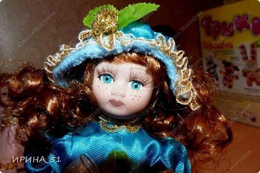 Вот небольшая (пока) коллекция Настюшки.  В основном ее интересуют куколки до 30см. Но как видите сами, есть у нее и куклы побольше и одна очень большая (около 70см). Фея знала своё дело, и, летая в небесах, днем и ночью то и дело совершала чудеса. Фея кукол создавала, мастерила, колдовала, всё , чего она касалась, оживало, просыпалось. и в её руках послушно обретали куклы души. Ведь у кукол судьбы тоже с человеческими схожи. А потом свои трофеи раздавала людям фея, потому что это средство, чтобы вечно помнить детство. (автор Лариса Рубальская) фото 10