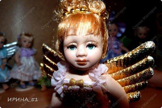 Вот небольшая (пока) коллекция Настюшки.  В основном ее интересуют куколки до 30см. Но как видите сами, есть у нее и куклы побольше и одна очень большая (около 70см). Фея знала своё дело, и, летая в небесах, днем и ночью то и дело совершала чудеса. Фея кукол создавала, мастерила, колдовала, всё , чего она касалась, оживало, просыпалось. и в её руках послушно обретали куклы души. Ведь у кукол судьбы тоже с человеческими схожи. А потом свои трофеи раздавала людям фея, потому что это средство, чтобы вечно помнить детство. (автор Лариса Рубальская) фото 11