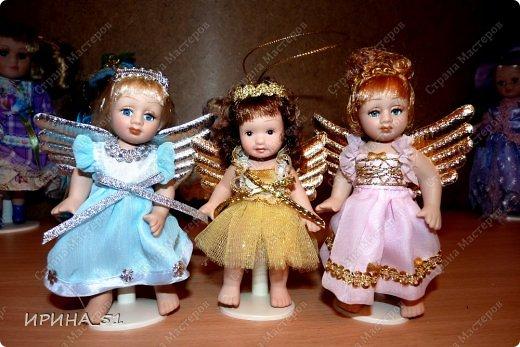Вот небольшая (пока) коллекция Настюшки.  В основном ее интересуют куколки до 30см. Но как видите сами, есть у нее и куклы побольше и одна очень большая (около 70см). Фея знала своё дело, и, летая в небесах, днем и ночью то и дело совершала чудеса. Фея кукол создавала, мастерила, колдовала, всё , чего она касалась, оживало, просыпалось. и в её руках послушно обретали куклы души. Ведь у кукол судьбы тоже с человеческими схожи. А потом свои трофеи раздавала людям фея, потому что это средство, чтобы вечно помнить детство. (автор Лариса Рубальская) фото 12