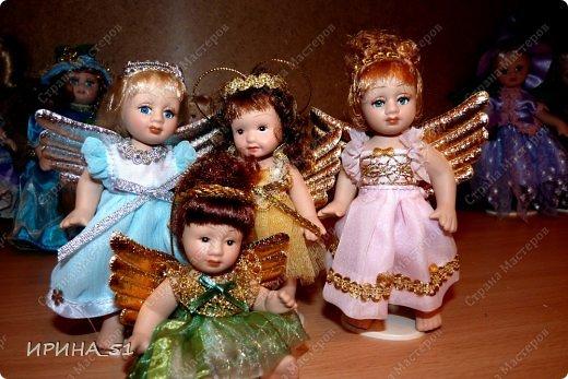 Вот небольшая (пока) коллекция Настюшки.  В основном ее интересуют куколки до 30см. Но как видите сами, есть у нее и куклы побольше и одна очень большая (около 70см). Фея знала своё дело, и, летая в небесах, днем и ночью то и дело совершала чудеса. Фея кукол создавала, мастерила, колдовала, всё , чего она касалась, оживало, просыпалось. и в её руках послушно обретали куклы души. Ведь у кукол судьбы тоже с человеческими схожи. А потом свои трофеи раздавала людям фея, потому что это средство, чтобы вечно помнить детство. (автор Лариса Рубальская) фото 13