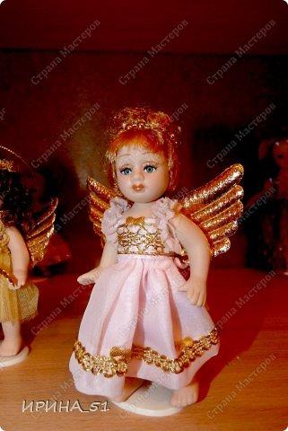 Вот небольшая (пока) коллекция Настюшки.  В основном ее интересуют куколки до 30см. Но как видите сами, есть у нее и куклы побольше и одна очень большая (около 70см). Фея знала своё дело, и, летая в небесах, днем и ночью то и дело совершала чудеса. Фея кукол создавала, мастерила, колдовала, всё , чего она касалась, оживало, просыпалось. и в её руках послушно обретали куклы души. Ведь у кукол судьбы тоже с человеческими схожи. А потом свои трофеи раздавала людям фея, потому что это средство, чтобы вечно помнить детство. (автор Лариса Рубальская) фото 14
