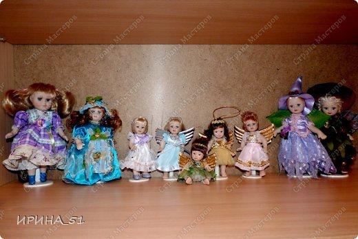Вот небольшая (пока) коллекция Настюшки.  В основном ее интересуют куколки до 30см. Но как видите сами, есть у нее и куклы побольше и одна очень большая (около 70см). Фея знала своё дело, и, летая в небесах, днем и ночью то и дело совершала чудеса. Фея кукол создавала, мастерила, колдовала, всё , чего она касалась, оживало, просыпалось. и в её руках послушно обретали куклы души. Ведь у кукол судьбы тоже с человеческими схожи. А потом свои трофеи раздавала людям фея, потому что это средство, чтобы вечно помнить детство. (автор Лариса Рубальская) фото 15