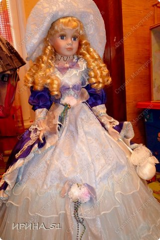 Вот небольшая (пока) коллекция Настюшки.  В основном ее интересуют куколки до 30см. Но как видите сами, есть у нее и куклы побольше и одна очень большая (около 70см). Фея знала своё дело, и, летая в небесах, днем и ночью то и дело совершала чудеса. Фея кукол создавала, мастерила, колдовала, всё , чего она касалась, оживало, просыпалось. и в её руках послушно обретали куклы души. Ведь у кукол судьбы тоже с человеческими схожи. А потом свои трофеи раздавала людям фея, потому что это средство, чтобы вечно помнить детство. (автор Лариса Рубальская) фото 17