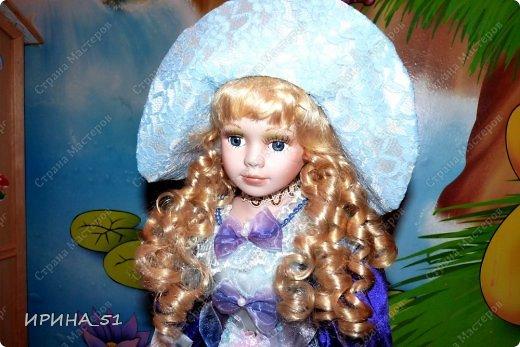 Вот небольшая (пока) коллекция Настюшки.  В основном ее интересуют куколки до 30см. Но как видите сами, есть у нее и куклы побольше и одна очень большая (около 70см). Фея знала своё дело, и, летая в небесах, днем и ночью то и дело совершала чудеса. Фея кукол создавала, мастерила, колдовала, всё , чего она касалась, оживало, просыпалось. и в её руках послушно обретали куклы души. Ведь у кукол судьбы тоже с человеческими схожи. А потом свои трофеи раздавала людям фея, потому что это средство, чтобы вечно помнить детство. (автор Лариса Рубальская) фото 16