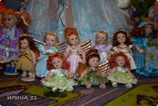 Вот небольшая (пока) коллекция Настюшки.  В основном ее интересуют куколки до 30см. Но как видите сами, есть у нее и куклы побольше и одна очень большая (около 70см). Фея знала своё дело, и, летая в небесах, днем и ночью то и дело совершала чудеса. Фея кукол создавала, мастерила, колдовала, всё , чего она касалась, оживало, просыпалось. и в её руках послушно обретали куклы души. Ведь у кукол судьбы тоже с человеческими схожи. А потом свои трофеи раздавала людям фея, потому что это средство, чтобы вечно помнить детство. (автор Лариса Рубальская) фото 18