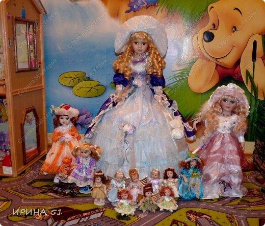 Вот небольшая (пока) коллекция Настюшки.  В основном ее интересуют куколки до 30см. Но как видите сами, есть у нее и куклы побольше и одна очень большая (около 70см). Фея знала своё дело, и, летая в небесах, днем и ночью то и дело совершала чудеса. Фея кукол создавала, мастерила, колдовала, всё , чего она касалась, оживало, просыпалось. и в её руках послушно обретали куклы души. Ведь у кукол судьбы тоже с человеческими схожи. А потом свои трофеи раздавала людям фея, потому что это средство, чтобы вечно помнить детство. (автор Лариса Рубальская) фото 19