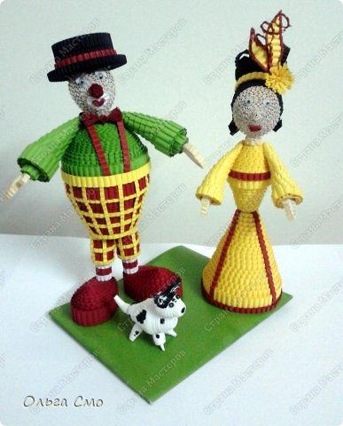 """Есть у меня в Москве друзья Саша и Наташа. У них я и останавливалась, когда ездила на выставку """"Бумпром"""". Этих клоунов, а если быть точной, то их (Наташи с Сашей) маленькую копию, я сделала им в подарок. Мои друзья цирковые артисты. Весной я была у них в гостях и сделала им маленькую собачку, похожую на их Баксика. Наташа спросила меня можно ли сделать клоунов, так появилась идея создания их копий.  фото 9"""
