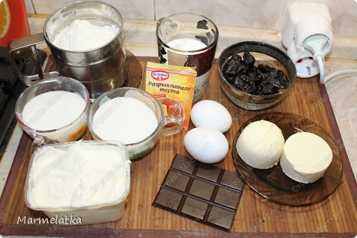 Нежнейший пирог. И что самое главное не занимает много времени. Очень вкусный бисквит в сочетании чернослива и шоколада.... мммммм... фото 3