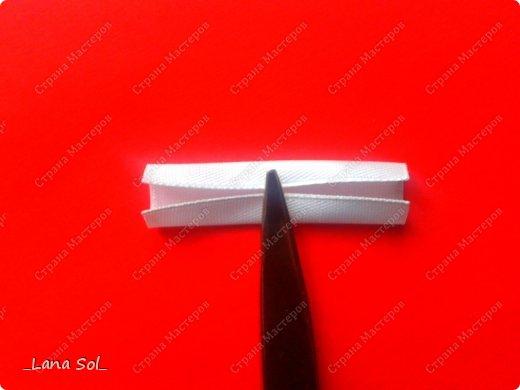 Доброго времени суток, дорогие мастерицы!!!)))  Вновь вашему вниманию предлагаю МК нового лепесточка, который получился у меня на днях. По пышности он похож на лепесточек из ленты 5x5см, но делается гораздо проще, без лишней обрезки и из ленты 2,5 см. Чего мне и хотелось, так как лепесток в несколько складок у меня получается не всегда идеально ровным.))) А еще, время на работу уходит минимальное. Для примера я создала комплект из броши и заколочек в бело-серебристой гамме специально для новогодних праздников.  фото 6
