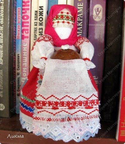 Можно было, конечно, дать название этой куколке Хлебосольная, но все же пока оставляю рабочее народная куколка на основе.