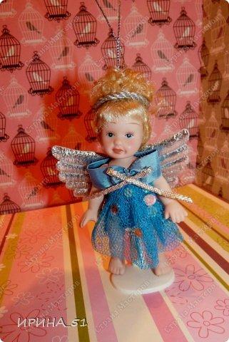 Вот небольшая (пока) коллекция Настюшки.  В основном ее интересуют куколки до 30см. Но как видите сами, есть у нее и куклы побольше и одна очень большая (около 70см). Фея знала своё дело, и, летая в небесах, днем и ночью то и дело совершала чудеса. Фея кукол создавала, мастерила, колдовала, всё , чего она касалась, оживало, просыпалось. и в её руках послушно обретали куклы души. Ведь у кукол судьбы тоже с человеческими схожи. А потом свои трофеи раздавала людям фея, потому что это средство, чтобы вечно помнить детство. (автор Лариса Рубальская) фото 21