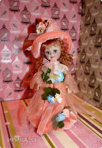 Вот небольшая (пока) коллекция Настюшки.  В основном ее интересуют куколки до 30см. Но как видите сами, есть у нее и куклы побольше и одна очень большая (около 70см). Фея знала своё дело, и, летая в небесах, днем и ночью то и дело совершала чудеса. Фея кукол создавала, мастерила, колдовала, всё , чего она касалась, оживало, просыпалось. и в её руках послушно обретали куклы души. Ведь у кукол судьбы тоже с человеческими схожи. А потом свои трофеи раздавала людям фея, потому что это средство, чтобы вечно помнить детство. (автор Лариса Рубальская) фото 22
