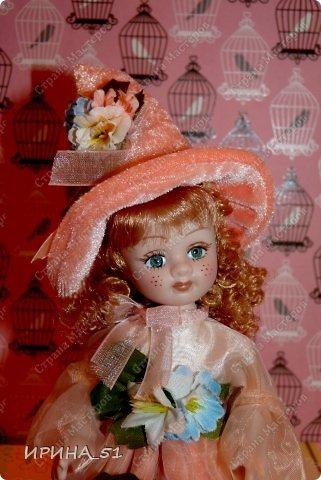 Вот небольшая (пока) коллекция Настюшки.  В основном ее интересуют куколки до 30см. Но как видите сами, есть у нее и куклы побольше и одна очень большая (около 70см). Фея знала своё дело, и, летая в небесах, днем и ночью то и дело совершала чудеса. Фея кукол создавала, мастерила, колдовала, всё , чего она касалась, оживало, просыпалось. и в её руках послушно обретали куклы души. Ведь у кукол судьбы тоже с человеческими схожи. А потом свои трофеи раздавала людям фея, потому что это средство, чтобы вечно помнить детство. (автор Лариса Рубальская) фото 23