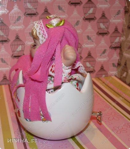 Вот небольшая (пока) коллекция Настюшки.  В основном ее интересуют куколки до 30см. Но как видите сами, есть у нее и куклы побольше и одна очень большая (около 70см). Фея знала своё дело, и, летая в небесах, днем и ночью то и дело совершала чудеса. Фея кукол создавала, мастерила, колдовала, всё , чего она касалась, оживало, просыпалось. и в её руках послушно обретали куклы души. Ведь у кукол судьбы тоже с человеческими схожи. А потом свои трофеи раздавала людям фея, потому что это средство, чтобы вечно помнить детство. (автор Лариса Рубальская) фото 28