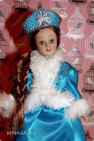 Вот небольшая (пока) коллекция Настюшки.  В основном ее интересуют куколки до 30см. Но как видите сами, есть у нее и куклы побольше и одна очень большая (около 70см). Фея знала своё дело, и, летая в небесах, днем и ночью то и дело совершала чудеса. Фея кукол создавала, мастерила, колдовала, всё , чего она касалась, оживало, просыпалось. и в её руках послушно обретали куклы души. Ведь у кукол судьбы тоже с человеческими схожи. А потом свои трофеи раздавала людям фея, потому что это средство, чтобы вечно помнить детство. (автор Лариса Рубальская) фото 29