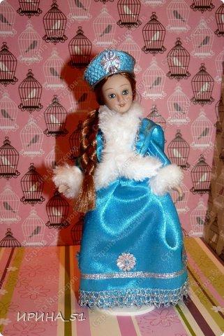 Вот небольшая (пока) коллекция Настюшки.  В основном ее интересуют куколки до 30см. Но как видите сами, есть у нее и куклы побольше и одна очень большая (около 70см). Фея знала своё дело, и, летая в небесах, днем и ночью то и дело совершала чудеса. Фея кукол создавала, мастерила, колдовала, всё , чего она касалась, оживало, просыпалось. и в её руках послушно обретали куклы души. Ведь у кукол судьбы тоже с человеческими схожи. А потом свои трофеи раздавала людям фея, потому что это средство, чтобы вечно помнить детство. (автор Лариса Рубальская) фото 30