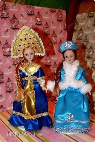 Вот небольшая (пока) коллекция Настюшки.  В основном ее интересуют куколки до 30см. Но как видите сами, есть у нее и куклы побольше и одна очень большая (около 70см). Фея знала своё дело, и, летая в небесах, днем и ночью то и дело совершала чудеса. Фея кукол создавала, мастерила, колдовала, всё , чего она касалась, оживало, просыпалось. и в её руках послушно обретали куклы души. Ведь у кукол судьбы тоже с человеческими схожи. А потом свои трофеи раздавала людям фея, потому что это средство, чтобы вечно помнить детство. (автор Лариса Рубальская) фото 32