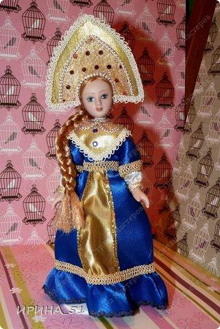 Вот небольшая (пока) коллекция Настюшки.  В основном ее интересуют куколки до 30см. Но как видите сами, есть у нее и куклы побольше и одна очень большая (около 70см). Фея знала своё дело, и, летая в небесах, днем и ночью то и дело совершала чудеса. Фея кукол создавала, мастерила, колдовала, всё , чего она касалась, оживало, просыпалось. и в её руках послушно обретали куклы души. Ведь у кукол судьбы тоже с человеческими схожи. А потом свои трофеи раздавала людям фея, потому что это средство, чтобы вечно помнить детство. (автор Лариса Рубальская) фото 33