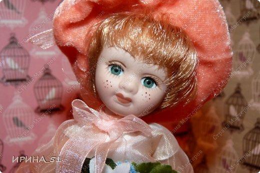 Вот небольшая (пока) коллекция Настюшки.  В основном ее интересуют куколки до 30см. Но как видите сами, есть у нее и куклы побольше и одна очень большая (около 70см). Фея знала своё дело, и, летая в небесах, днем и ночью то и дело совершала чудеса. Фея кукол создавала, мастерила, колдовала, всё , чего она касалась, оживало, просыпалось. и в её руках послушно обретали куклы души. Ведь у кукол судьбы тоже с человеческими схожи. А потом свои трофеи раздавала людям фея, потому что это средство, чтобы вечно помнить детство. (автор Лариса Рубальская) фото 25