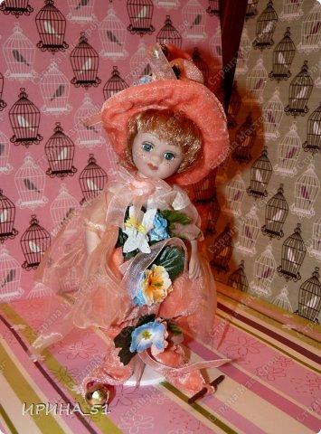Вот небольшая (пока) коллекция Настюшки.  В основном ее интересуют куколки до 30см. Но как видите сами, есть у нее и куклы побольше и одна очень большая (около 70см). Фея знала своё дело, и, летая в небесах, днем и ночью то и дело совершала чудеса. Фея кукол создавала, мастерила, колдовала, всё , чего она касалась, оживало, просыпалось. и в её руках послушно обретали куклы души. Ведь у кукол судьбы тоже с человеческими схожи. А потом свои трофеи раздавала людям фея, потому что это средство, чтобы вечно помнить детство. (автор Лариса Рубальская) фото 24
