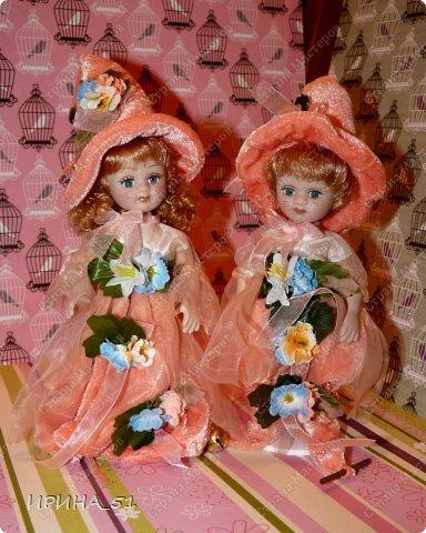 Вот небольшая (пока) коллекция Настюшки.  В основном ее интересуют куколки до 30см. Но как видите сами, есть у нее и куклы побольше и одна очень большая (около 70см). Фея знала своё дело, и, летая в небесах, днем и ночью то и дело совершала чудеса. Фея кукол создавала, мастерила, колдовала, всё , чего она касалась, оживало, просыпалось. и в её руках послушно обретали куклы души. Ведь у кукол судьбы тоже с человеческими схожи. А потом свои трофеи раздавала людям фея, потому что это средство, чтобы вечно помнить детство. (автор Лариса Рубальская) фото 26