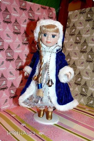 Вот небольшая (пока) коллекция Настюшки.  В основном ее интересуют куколки до 30см. Но как видите сами, есть у нее и куклы побольше и одна очень большая (около 70см). Фея знала своё дело, и, летая в небесах, днем и ночью то и дело совершала чудеса. Фея кукол создавала, мастерила, колдовала, всё , чего она касалась, оживало, просыпалось. и в её руках послушно обретали куклы души. Ведь у кукол судьбы тоже с человеческими схожи. А потом свои трофеи раздавала людям фея, потому что это средство, чтобы вечно помнить детство. (автор Лариса Рубальская) фото 34