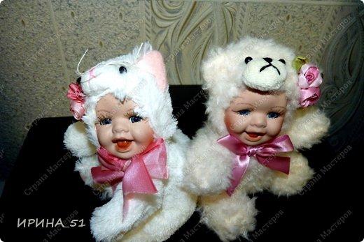 Вот небольшая (пока) коллекция Настюшки.  В основном ее интересуют куколки до 30см. Но как видите сами, есть у нее и куклы побольше и одна очень большая (около 70см). Фея знала своё дело, и, летая в небесах, днем и ночью то и дело совершала чудеса. Фея кукол создавала, мастерила, колдовала, всё , чего она касалась, оживало, просыпалось. и в её руках послушно обретали куклы души. Ведь у кукол судьбы тоже с человеческими схожи. А потом свои трофеи раздавала людям фея, потому что это средство, чтобы вечно помнить детство. (автор Лариса Рубальская) фото 35