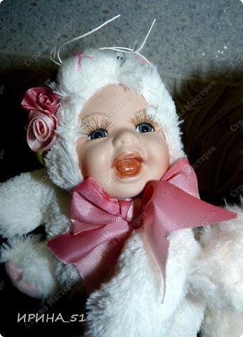 Вот небольшая (пока) коллекция Настюшки.  В основном ее интересуют куколки до 30см. Но как видите сами, есть у нее и куклы побольше и одна очень большая (около 70см). Фея знала своё дело, и, летая в небесах, днем и ночью то и дело совершала чудеса. Фея кукол создавала, мастерила, колдовала, всё , чего она касалась, оживало, просыпалось. и в её руках послушно обретали куклы души. Ведь у кукол судьбы тоже с человеческими схожи. А потом свои трофеи раздавала людям фея, потому что это средство, чтобы вечно помнить детство. (автор Лариса Рубальская) фото 36