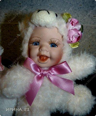 Вот небольшая (пока) коллекция Настюшки.  В основном ее интересуют куколки до 30см. Но как видите сами, есть у нее и куклы побольше и одна очень большая (около 70см). Фея знала своё дело, и, летая в небесах, днем и ночью то и дело совершала чудеса. Фея кукол создавала, мастерила, колдовала, всё , чего она касалась, оживало, просыпалось. и в её руках послушно обретали куклы души. Ведь у кукол судьбы тоже с человеческими схожи. А потом свои трофеи раздавала людям фея, потому что это средство, чтобы вечно помнить детство. (автор Лариса Рубальская) фото 37