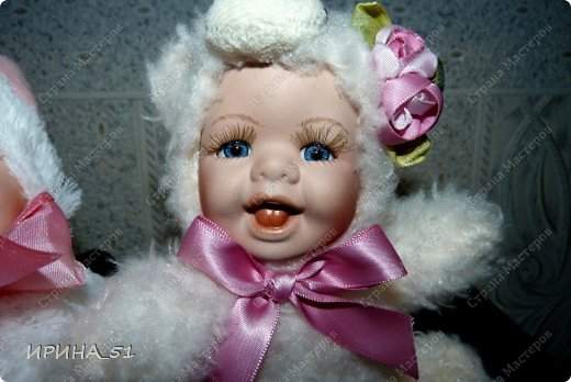 Вот небольшая (пока) коллекция Настюшки.  В основном ее интересуют куколки до 30см. Но как видите сами, есть у нее и куклы побольше и одна очень большая (около 70см). Фея знала своё дело, и, летая в небесах, днем и ночью то и дело совершала чудеса. Фея кукол создавала, мастерила, колдовала, всё , чего она касалась, оживало, просыпалось. и в её руках послушно обретали куклы души. Ведь у кукол судьбы тоже с человеческими схожи. А потом свои трофеи раздавала людям фея, потому что это средство, чтобы вечно помнить детство. (автор Лариса Рубальская) фото 38